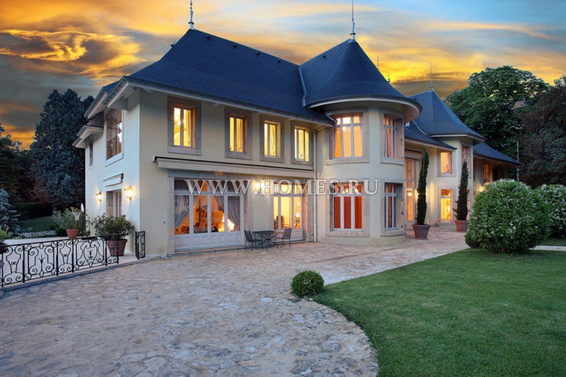 Шикарный замок на озере Бурже