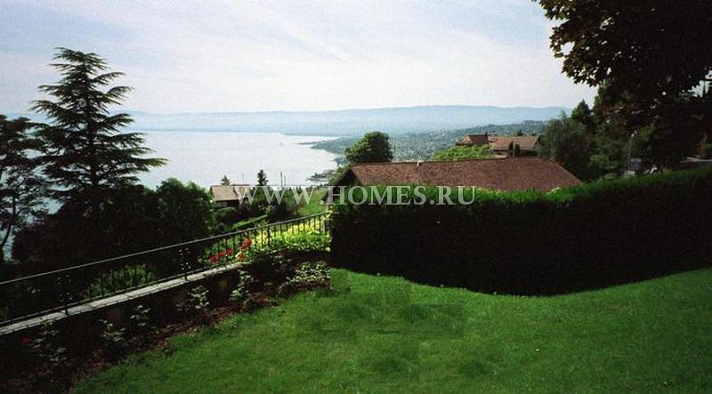 Замечательный дом с видом на озеро и горы