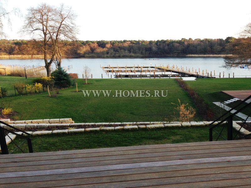 Красивая вилла с видом на озеро в Берлине