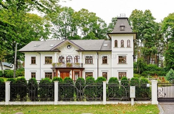 Элитный дом в классическом стиле рядом с морем