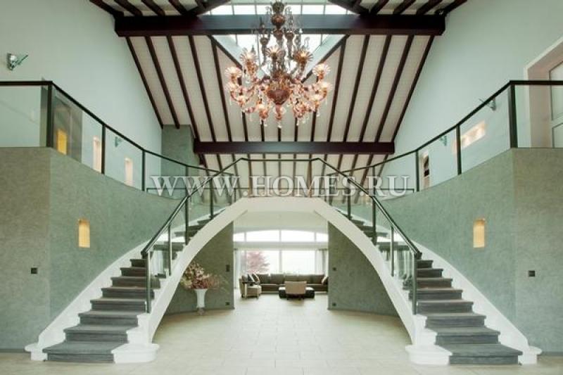 Впечатляющий дом в городе Живрен