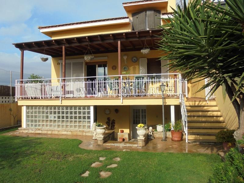 Красивый дом в городе Сан-Жуст-Десверн