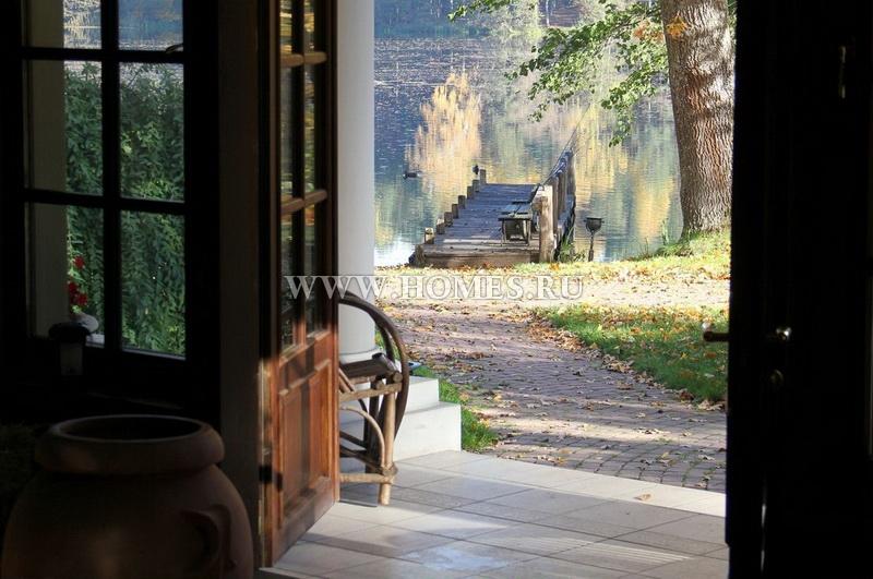 Великолепный дом у озера