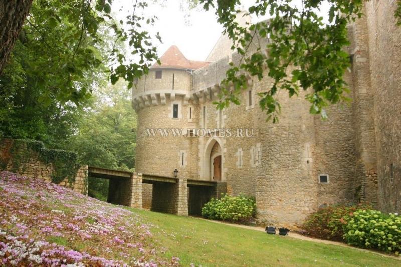 Прекрасный замок 11-го века в Шатору