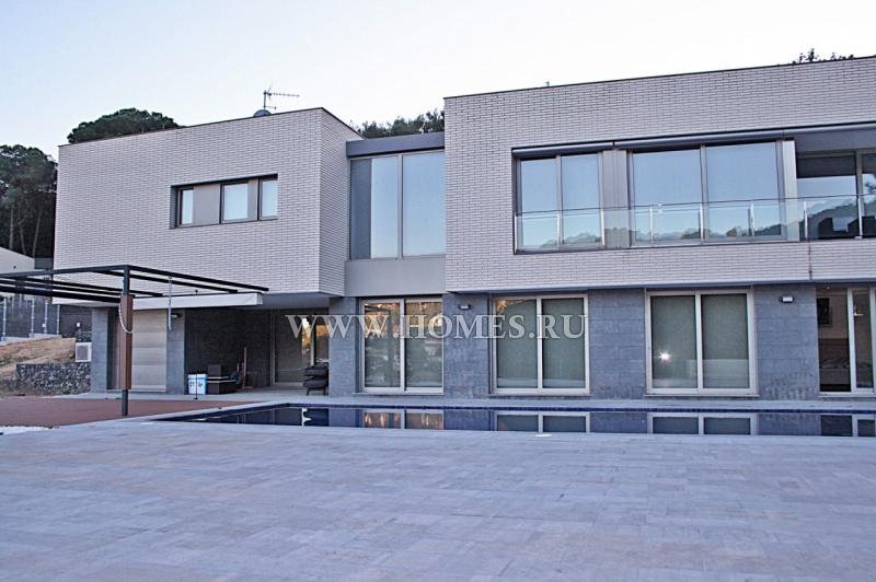 Современный большой дом в Бланес