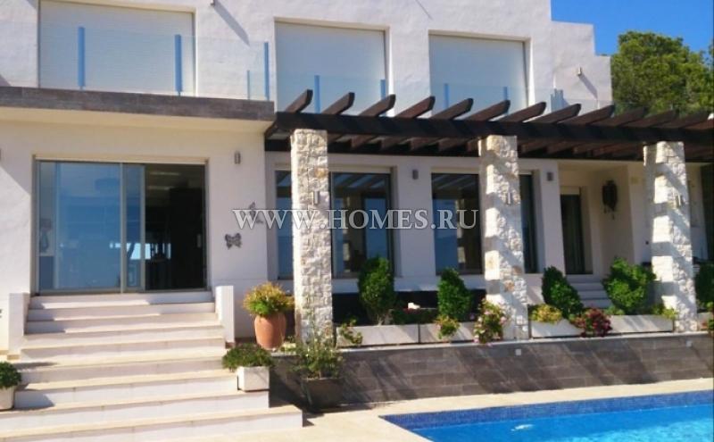 Дом с панорамным видом на море и город в Испании