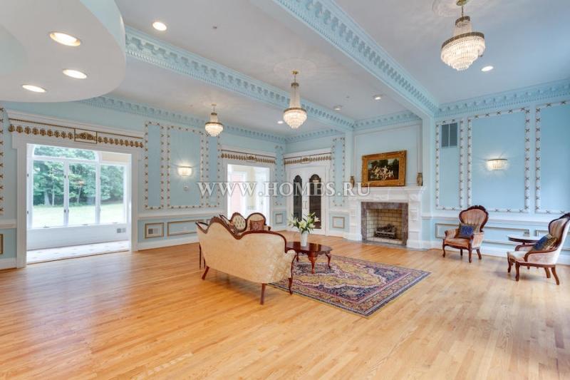 Просторный особняк в колониальном стиле
