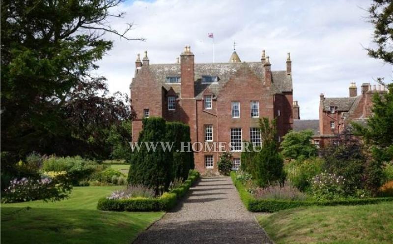 Красивый замок на побережье в Шотландии