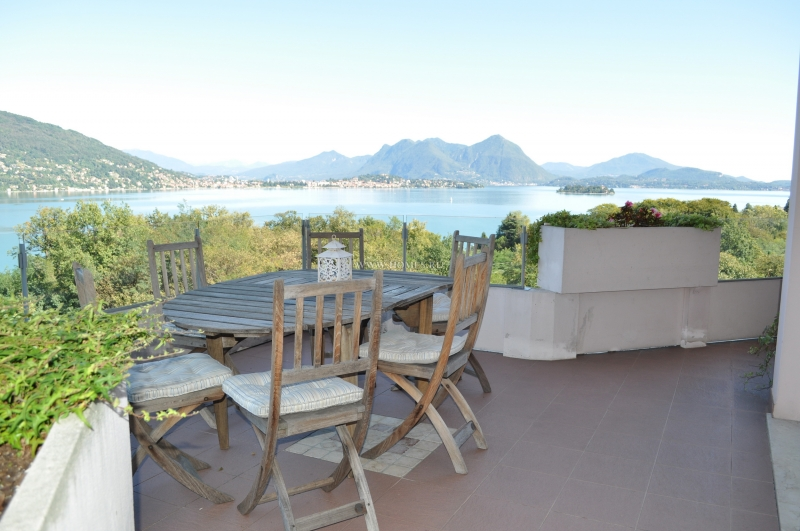 Вилла с видом на озеро в Италии