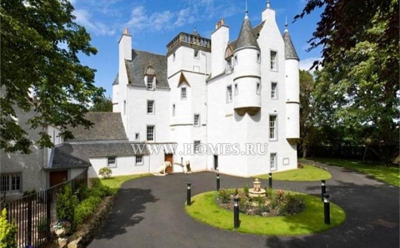 Замечательный замок в пригороде Эдинбурга