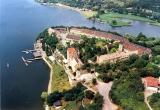 Старинный замок на озере рядом с Галле