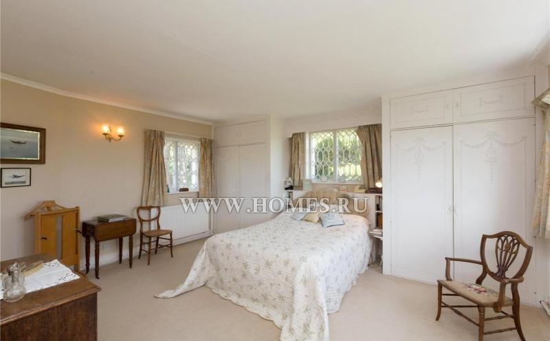 Красивый белый дом неподалеку от города Шрусбери