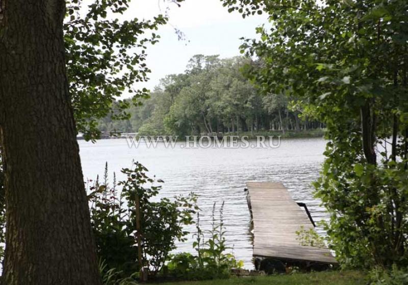 Сказочный  замок-отель на берегу озера