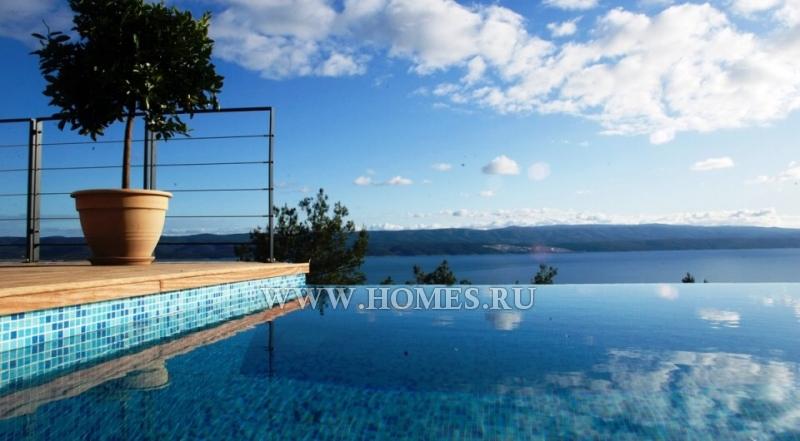 Красивая вилла с видом на море неподалёку от города Сплит