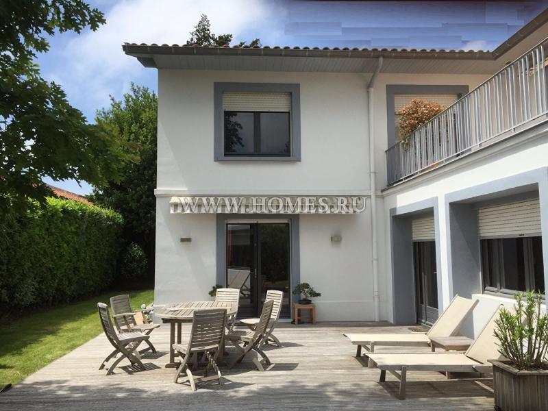 Красивый дом в жилом районе города Биарриц