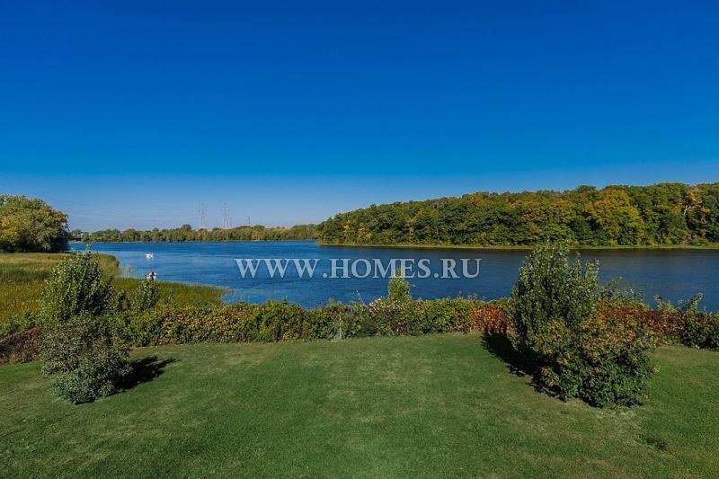 Очаровательный особняк с видом на озеро